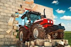 Совершенно новый трактор выходить стена стоковое изображение