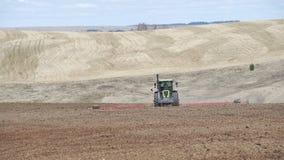 Совершенно новый трактор на деятельности поля Трактор вспахивая землю Трактор культивируя поле видеоматериал