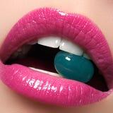 Совершенные губы Сексуальный конец рта девушки вверх детеныши женщины усмешки красотки Естественная толстенькая полная губа Увели стоковое изображение rf