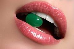 Совершенные губы Сексуальный конец рта девушки вверх детеныши женщины усмешки красотки Естественная толстенькая полная губа Увели стоковое изображение