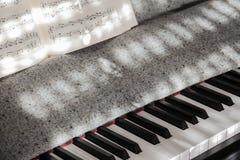 Совершенные ключи рояля в слабом солнечном свете с нотацией Стоковое фото RF