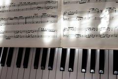 Совершенные ключи рояля в слабом солнечном свете с нотацией Стоковое Фото