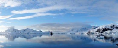 Совершенные отражения зеркала снежных гор и айсбергов в Антарктике Стоковые Фото