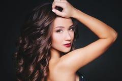 Совершенные состав и стиль причёсок Портрет красивой курчавой женщины брюнет Стоковая Фотография