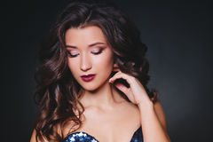 Совершенные состав и стиль причёсок Портрет красивой курчавой женщины брюнет Стоковые Фото