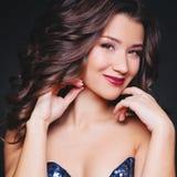 Совершенные состав и стиль причёсок Портрет красивой курчавой женщины брюнет стоковое фото