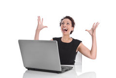 Совершенный день - счастливая молодая бизнес-леди - сидя в офисе Стоковые Фото