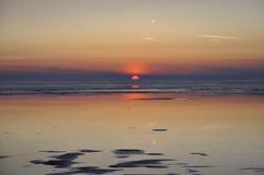 Совершенный красный заход солнца над морем Стоковое Изображение