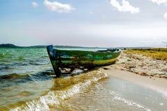 Совершенный тропический пляж рая и старая шлюпка Стоковое фото RF