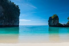 совершенный штиль на море бирюзы, белый песок и крутые скалы Стоковая Фотография RF