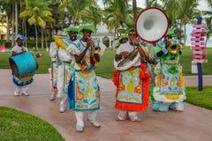 Совершители Junkanoo одетые в традиционных костюмах на festiva стоковое изображение
