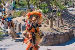 Совершитель на маске местного иона США Калифорнии зоопарка Сан-Диего красочной и костюм показывая африканскую культуру Стоковое Изображение