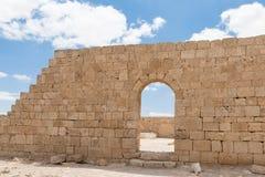 Совершите пассаж в крепостной стене города Nabataean Avdat, расположенного на дороге ладана в пустыне Judean в Израиле Inc стоковая фотография