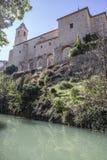 Совершите пассаж вдоль реки Jucar, на верхней части церковь San Andres, Стоковые Изображения