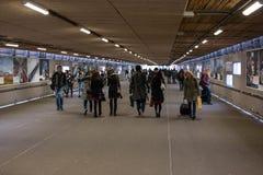 Совершите пассаж от центрального железнодорожного вокзала к железнодорожным платформам для восхождения на борт и высаживаться пас Стоковое Изображение