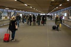 Совершите пассаж от центрального железнодорожного вокзала к железнодорожным платформам для восхождения на борт и высаживаться пас Стоковая Фотография