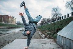Совершитель Breakdance, вверх ногами движение на улице Стоковое Изображение RF