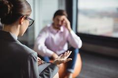 Советник взаимодействуя с несчастным человеком Стоковая Фотография