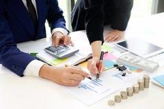 Советник дела анализируя финансовое, финансовое планирование Стоковые Фотографии RF