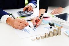 Советник дела анализируя дело финансового, финансового планирования Стоковые Изображения