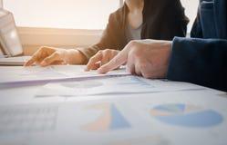 Советник дела анализируя финансовые диаграммы обозначая progre стоковые изображения rf