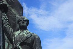 Советская предпосылка неба статуи солдата Стоковые Фотографии RF