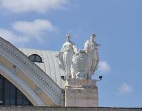 Советская статуя на крыше вокзала пассажира в Харькове Стоковые Фото