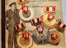 Советские медали юбилея показывая Ленин на фоне подержанных книг Ленин напечатали в 1925 стоковое фото