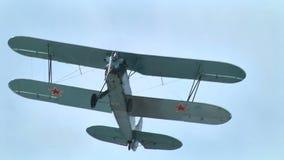 Советский самолет летая PO-2 видеоматериал