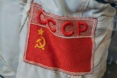 Советский флаг и слова - СССР на русском языке на костюме космонавта или космонавта стоковые фото