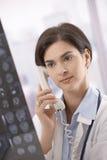 советуя с телефон женщины доктора Стоковые Изображения RF