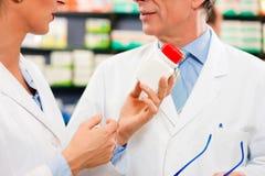 советуя с фармация 2 аптекарей стоковое изображение