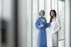 советуя с хирург доктора Стоковые Изображения