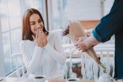 Совместно в кафе счастливые люди Пук цветков стоковое фото rf