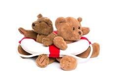 Совместно в одной шлюпке - 2 плюшевых медвежоатах - концепция для сыгранности Стоковое Фото