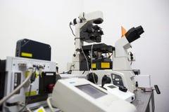 Современная лаборатория микробиологии микроскопа Стоковое Изображение RF