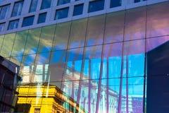 Современная абстрактная стена с отражениями стоковое фото rf