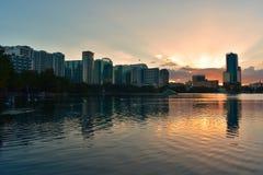Современная архитектура на береге парка Eola озера на изумлять красочный заход солнца стоковая фотография