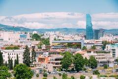 Современная архитектура на предпосылке городского городского пейзажа Тбилиси, Стоковые Фото