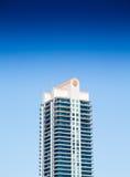 Современная башня кондо с балконами под голубыми небесами Стоковые Изображения