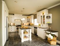 Современная белая деревянная кухня с островом Стоковое фото RF