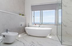 Современная белизна ванной комнаты стоковое изображение