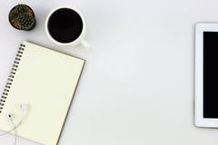 Современная белая таблица настольного компьютера офиса с таблеткой, чашка кофе, стоковые изображения rf