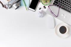Современная белая таблица стола офиса с компьтер-книжкой Стоковое Изображение