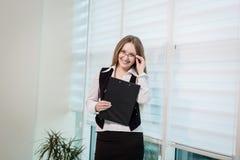 Современная бизнес-леди в офисе с космосом экземпляра, wom дела Стоковое фото RF
