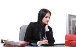 Современная бизнес-леди сидя на столе офиса Стоковое фото RF