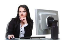 Современная бизнес-леди сидя на столе офиса стоковые фотографии rf