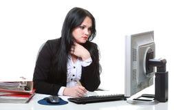Современная бизнес-леди сидя на столе офиса Стоковое Изображение