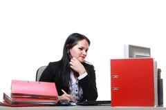 Современная бизнес-леди сидя на столе офиса стоковые изображения rf