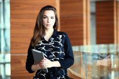 Современная бизнес-леди в офисе с космосом экземпляра стоковые фотографии rf